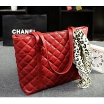 Червена дамска чанта с релеф на квадратчета