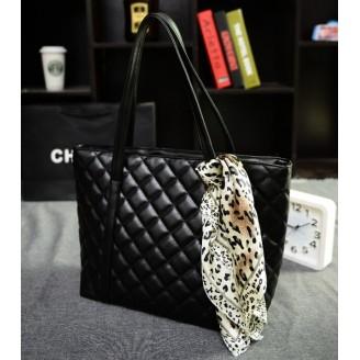Черна дамска чанта с релеф на квадратчета