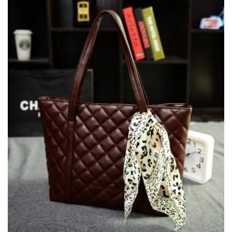 Кафява дамска чанта с релеф на квадратчета