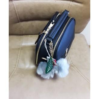 Черна дамска чанта с пухче